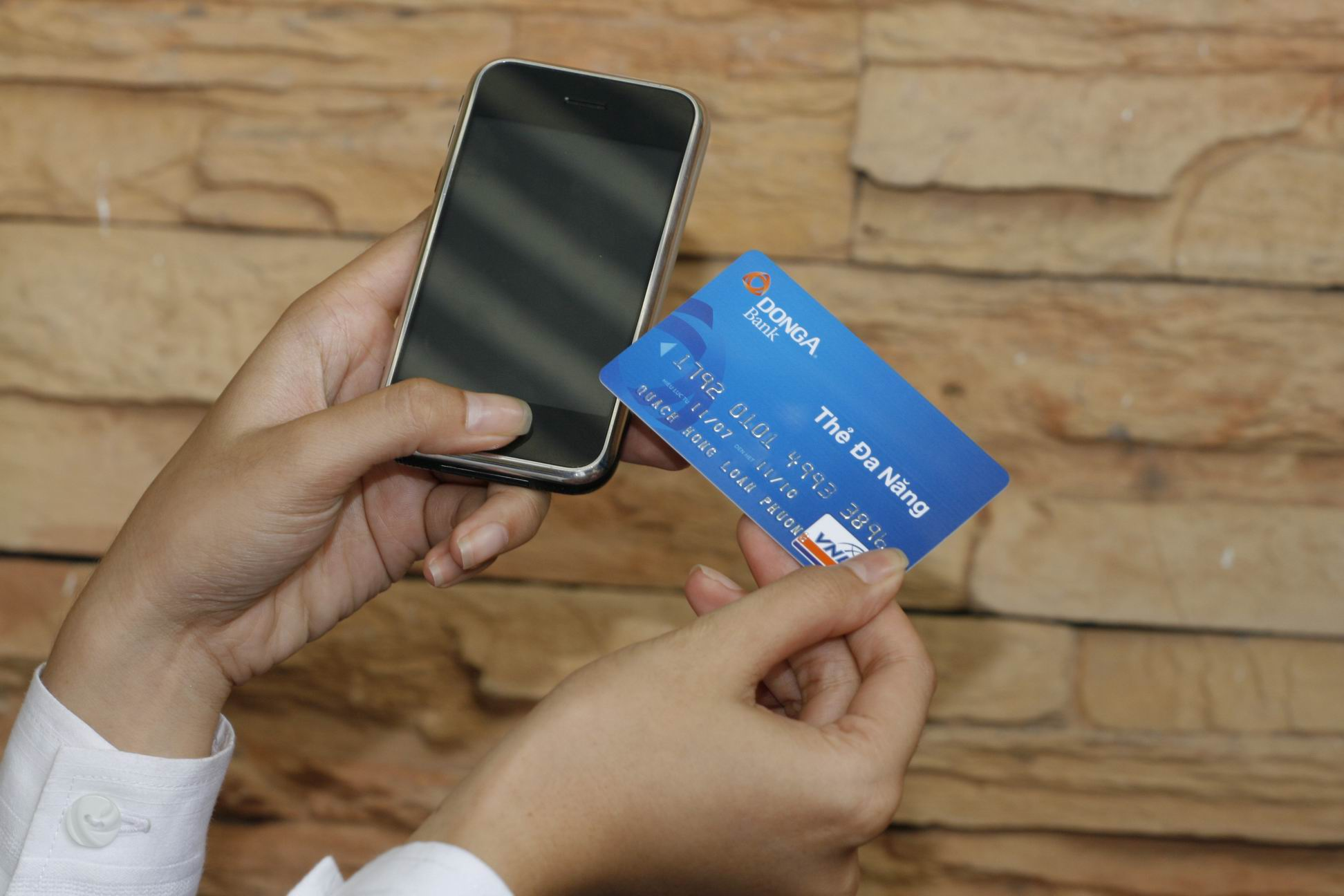 Giao dịch với DongA Bank bằng điện thoại IPhone