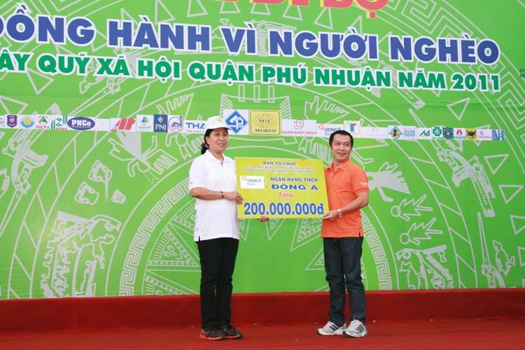 """DongA Bank đi bộ đồng hành """"Vì người nghèo"""" quận Phú Nhuận năm 2011"""