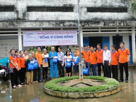"""Ngân hàng Đông Á – chi nhánh Long An - chương trình """"Sống vì cộng đồng"""""""