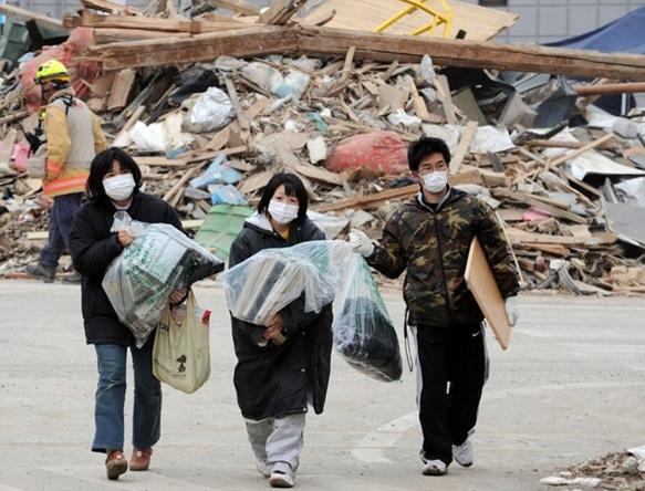 CBNV Ngân hàng Đông Á quyên góp ủng hộ và chia sẻ với người dân Nhật Bản