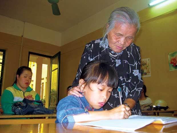 Bà giáo già và đàn con khiếm khuyết